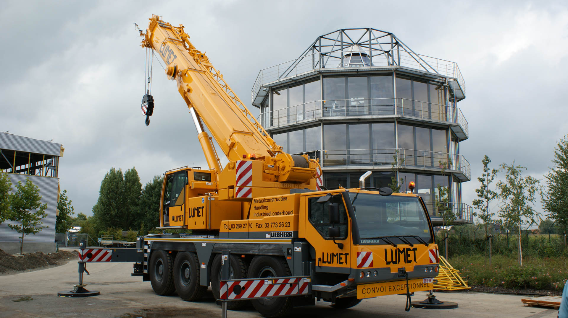 mobile crane lifting